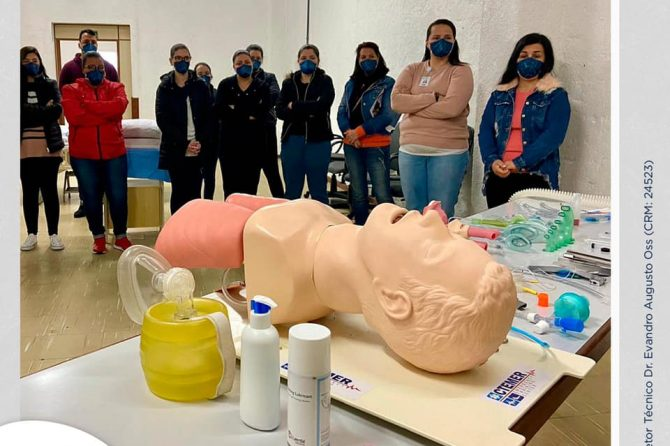 Colaboradores participam de treinamento sobre acesso a via aérea e prona no paciente Sars-Cov2