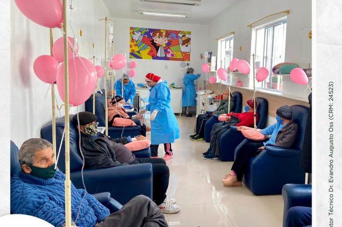 Pacientes do setor de oncologia recebem mimos no outubro rosa